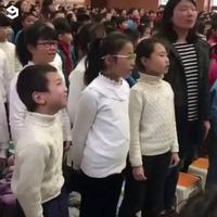 Cậu bé với biểu cảm hết sức hài hước khi hát đồng ca