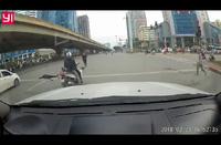 Nam thanh niên tự gây tai nạn cho chính mình và người khác khi tăng tốc để vượt đèn đỏ