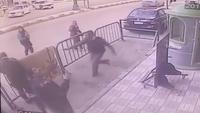 Thót tim khoảnh khắc cảnh sát tại Ai Cập tay không đỡ thành công đứa bé rơi từ tầng 3 xuống