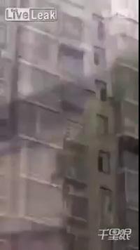 Kinh hãi khoảnh khắc cô bé 12 tuổi nhảy khỏi tầng 15 để tự sát vì không làm xong bài tập về nhà