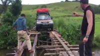 Rợn người với màn điều khiển xe ô tô qua cây cầu xuống cấp