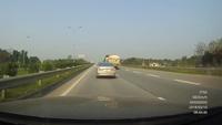 Thót tim khoảnh khắc xe sedan bất ngờ mất lái suýt lao vào bánh xe bồn trên đường cao tốc