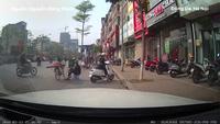 Được anh bán trái cây nâng giúp xe máy lên lề đường nhưng cô gái không nói lời cám ơn gây tranh cãi cư dân mạng