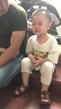 Em bé vừa khóc vừa quyết tâm khi đi tiêm cực đáng yêu