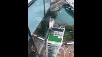 Rùng mình với cô gái mặc áo tắm gợi cảm ngồi vắt vẻo trên tòa nhà 33 tầng để chụp ảnh