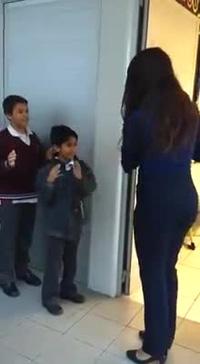 Cô giáo với những màn chào hỏi cực thú vị khi đón học sinh đến lớp mỗi ngày