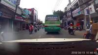 Xe buýt lạng lách, ép đầu xe ô tô gây ùn tắc giao thông tại TP.HCM