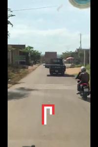 Rợn người xe tải chở cửa sắt sắc bén chạy trên đường cực nguy hiểm