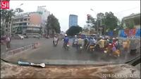 Sốc khoảnh khắc cô gái bị tên cướp kéo lê hàng chục mét trên đường tại Sài Gòn