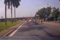 Người phụ nữ đi xe máy dừng xe giữa đường tránh nắng khiến ô tô phải phanh gấp