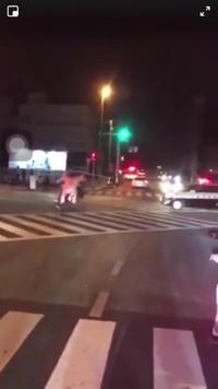 Cảnh sát Nhật lao thẳng ô tô vào đoàn mô tô gây rối trên đường
