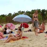 Cô gái xinh đẹp điệu đà trên bãi biển và cái kết bất ngờ