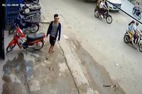 Bị phát hiện, tên trộm xe máy bị cô gái đuổi chạy mất dép