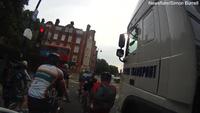 Thót tim khoảnh khắc xe đạp suýt nằm dưới bánh xe tải