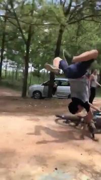 Thanh niên trổ tài biểu diễn mô tô bay và cái kết đau đớn