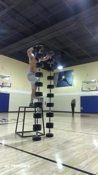 Chàng trai với khả năng giữ thăng bằng đáng kinh ngạc, nhưng ông lão ném bóng rổ ở phía sau lại được nhiều người chú ý hơn