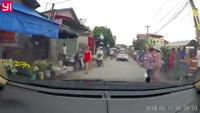 Cụ già đi xe đạp suýt gặp tai nạn vì sang đường không quan sát