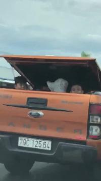 Xe bán tải để 3 em nhỏ ngồi sau thùng xe cực nguy hiểm
