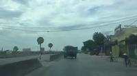 Kỳ lạ chiếc xe tải có dáng chạy bị lệch ngang vẫn lưu thông trên đường