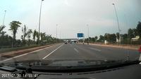 Xe ô tô suýt gây tai nạn liên hoàn vì chuyển làn ẩu