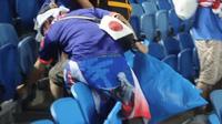 Các cổ động viên Nhật Bản gom rấc trên khán đài vào túi và mang ra khỏi sân