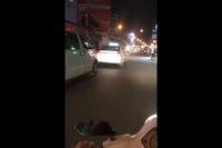 Tài xế taxi quyết không tránh đường cho xe cấp cứu khiến nhiều người phẫn nộ