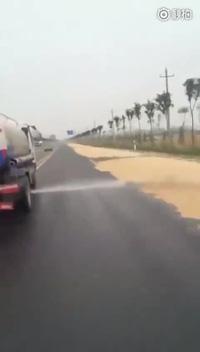 Cách xử lý nạn phơi thóc lúa trên đường ở Trung Quốc
