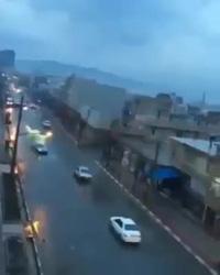 Hi hữu khoảnh khắc xe ô tô đang chạy trên đường bất ngờ bị sét đánh trúng