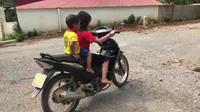 Bé gái 10 tuổi dùng xe máy để chở em cực kỳ nguy hiểm