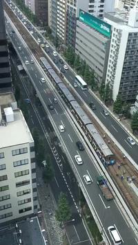 Nhóm người chung sức đẩy... đoàn tàu điện sau khi xảy ra động đất tại Nhật Bản