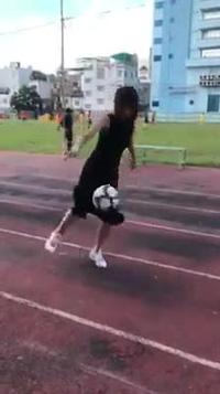 Thủ môn Kiều Trinh của đội tuyển bóng đá nữ mặc váy trổ tài tâng bóng khiến nhiều người thích thú