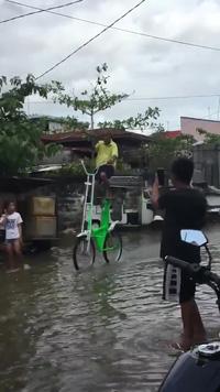 Chiếc xe đạp độc đáo dành riêng cho mùa mưa lũ