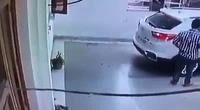 Tai nạn bất ngờ khi đứng sau để xi-nhan cho người khác lùi xe