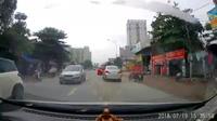 Ô tô luồn lách vượt ẩu làm bắn nước lên người đi đường