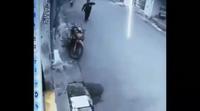 Cô gái bồng con nhỏ bị tên cướp kéo ngã trên đường khiến nhiều người phẫn nộ