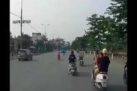 Xe buýt bất ngờ quay đầu, hất văng người đi xe máy