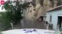 Xe tải nhỏ mất phanh khi đổ dốc, lao thẳng vào đầu container