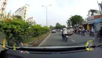 Đi sai làn, người đàn ông đi xe máy còn thể hiện thái độ thách thức