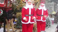 Ông già Noel lắc hông, thổi kèn vui nhộn, thu hút ánh nhìn người qua đường. (Clip: Hồng Vân)