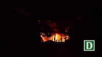 """Hình ảnh """"biển lửa"""" bao trùm dãy nhà kho rộng 5.000m2"""