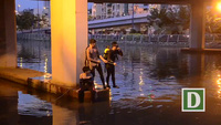 Người dân vây kín cây cầu xem cảnh sát mò tìm người mất tích