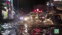Sài Gòn mưa dồn dập trong buổi chiều, đường phố ngập nước, kẹt xe