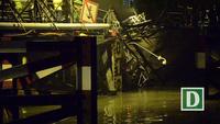 Sập cầu ở Sài Gòn, xe máy và xe ben bị kéo xuống sông