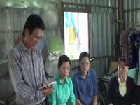 Trao tiền cho gia đình chị Lê Thị Ngọc Hưởng.