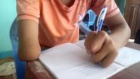 Em Thuận viết chữ bằng tay trái 4 ngón