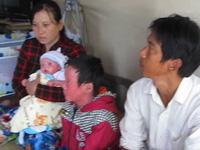 Trao tiền bạn đọc đến gia đình cháu bé bị bệnh vẩy cá.