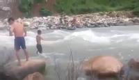 Các thầy giáo ở Nậm Khe, Lai Châu vượt suối đến trường