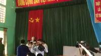 Phó Chánh án TAND cấp cao Trần Văn Tuân đang đọc lời xin lỗi phải tạm dừng liên tục vì bị người nhà cháu Yến phản đối ném chai lọ vào người