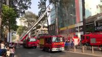 xe thang tiếp cận các tầng bên trên của khách sạn cháy