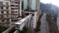 Kỳ lạ tàu điện đi xuyên qua tòa nhà có người ở tại Trung Quốc